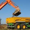 Travaux de terrassement et évacuation des déblais avec un tracteur équipé d'une benne à pont moteur, spécialement utilisé pour les accès difficiles